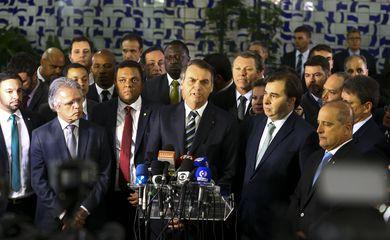 O presidente Jair Bolsonaro vai à Câmara dos Deputados para entregar ao presidente Rodrigo Maia o projeto de lei que altera o Código de Trânsito Brasileiro.
