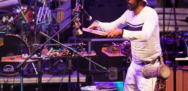 Percussionista Orlando Costa no festival Na Lata na faixa Verão da TV Brasil