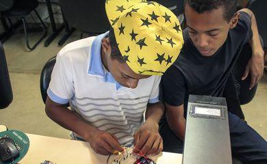 O Instituto Caxinguelê recebe materiais eletrônicos como doação, e após uma triagem os encaminha para a reciclagem