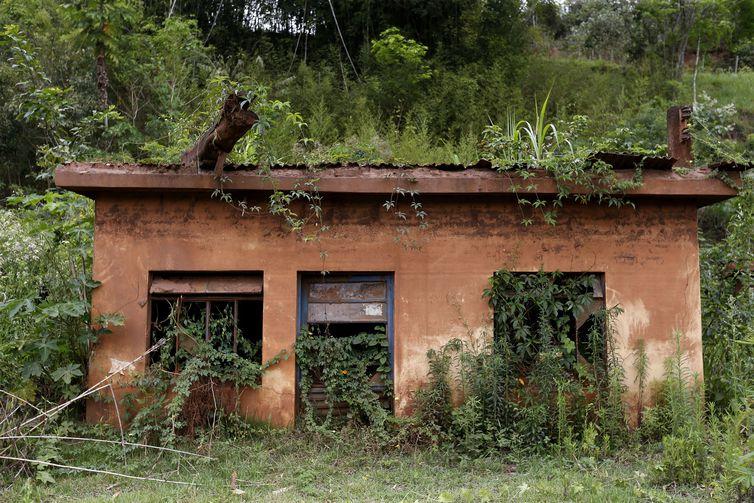Distrito de Barra Longa. A comunidade foi parcialmente encoberta pela lama que chegou pelo rio Gualaxo do Norte.Na foto, casas atingidas pela lama.