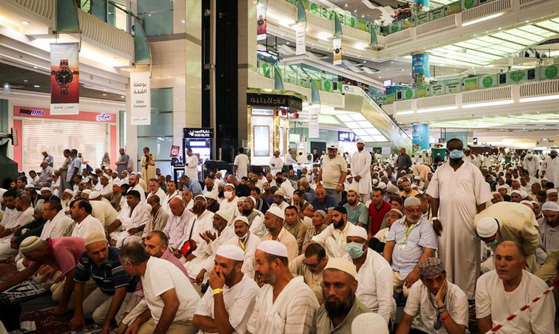 Centenas de devotos muçulmanos se reúnem na praça de um shopping perto da grande mesquita de Meca