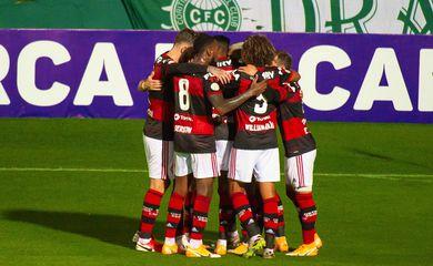 Flamengo vence a primeira no Brasileirão ao derrotar o Coritiba fora de casa