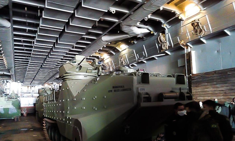 Carros lagartas anfíbios da Marinha durante exercício militar em Belém