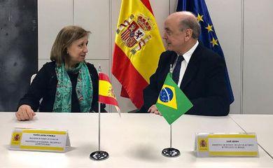 O ministro das Relações Exteriores, José Serra, e a secretária de Estado de Comércio da Espanha, Maria Luísa Poncela