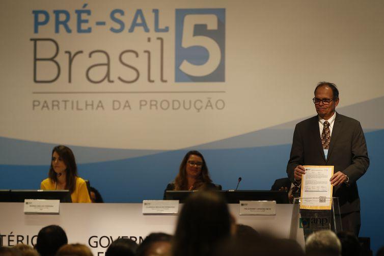 A Agência Nacional do Petróleo, Gás Natural e Biocombustíveis (ANP) iniciou hoje, em um hotel da Barra da Tijuca, no Rio de Janeiro, a 5ª Rodada de Licitações de Partilha da Produção de petróleo em áreas do pré-sal