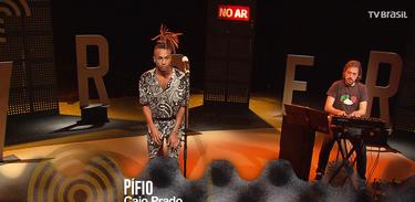 """Caio Prado e Ivo Senra interpretam a música """"Pífio""""."""
