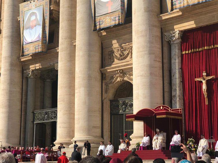 O Vice-presidente, general Hamilton Mourão e a esposa, Paula Mourão, participam da cerimônia de canonização de Irmã Dulce na Santa Sé, no Vaticano