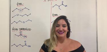 Professora Amanda Thomé em aula sobre funções orgânicas