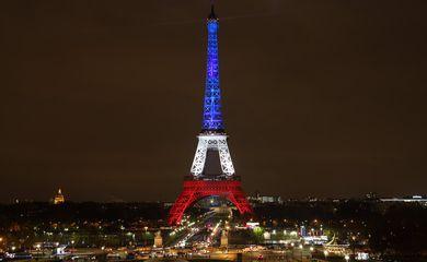 Paris (França) - A Torre Eiffel foi iluminada com as cores azul, branco e vermelho da bandeira francesa (Divulgação Prefeitura de Paris)