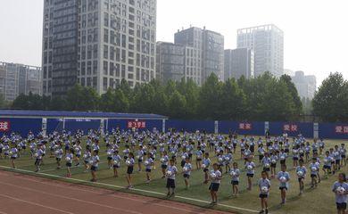 Pequim/China - Alunos da escola nº 1 de Sanlitun em Pequim treinam futebol (Ana Cristina Campos/Agência Brasil)