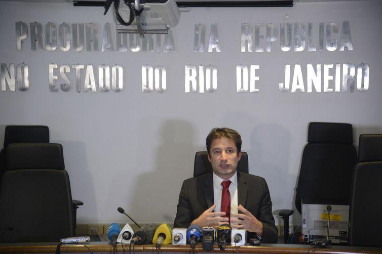 O procurador da República, Almir Teubl Sanches, fala à imprensa , sobre a Operação Segredo de Midas no Ministério Público Federal, no Rio de Janeiro.