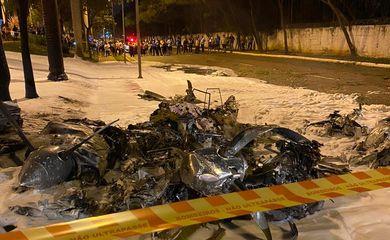 Avião de pequeno porte cai em área próxima ao Campo de Marte, em São Paulo.