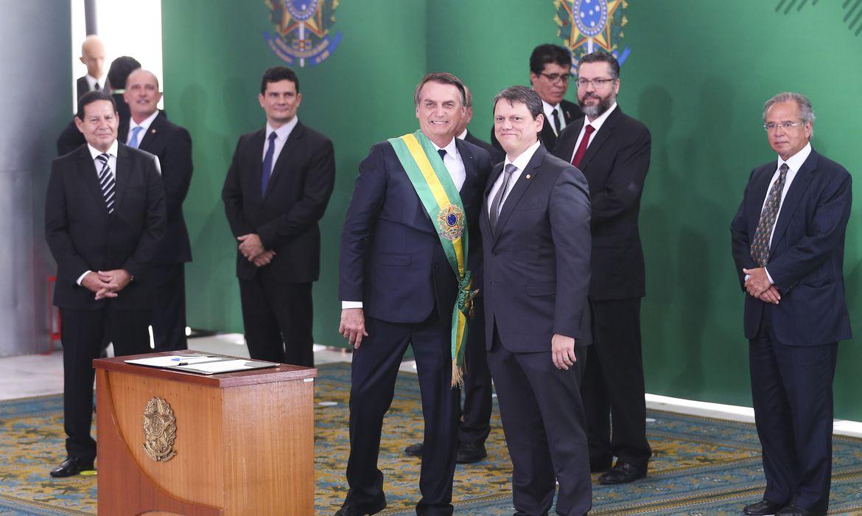 O presidente Jair Bolsonaro empossa o ministro da Infraestrutura, Tarcísio Gomes de Freitas, durante cerimônia de nomeação dos ministros de Estado, no Palácio do Planalto.