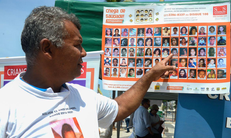 Rio de Janeiro - Campanha divulga informações de como evitar um desaparecimento de criança e adolescente e repassa alertas sobre medidas que contribuem para a prevenção ao problema a atividade faz parte da Semana de Mobilização Nacional