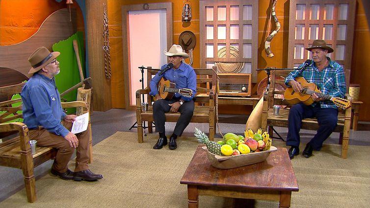 Os violeiros Marcos Salles & Sertanejo têm um dedo de prosa com o apresentador Luiz Rocha