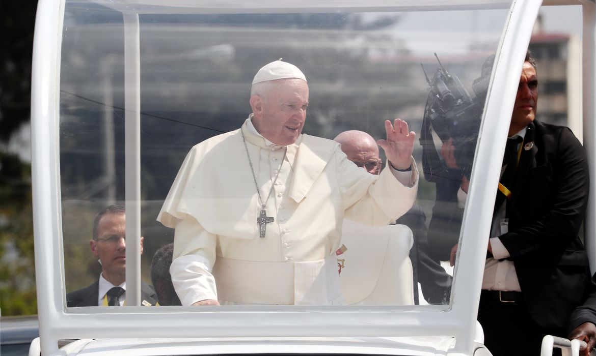 Pope Francis waves as he arrives at Maxaquene Pavilion for an interreligious meeting in Maputo, Mozambique, September 5, 2019. REUTERS/Mike Hutchings