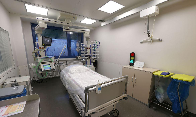 Leito de Unidade de Terapia Intensiva (UTI) com um dispositivo de respiração artificial.