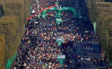 FILE PHOTO: Athletics - Paris Marathon