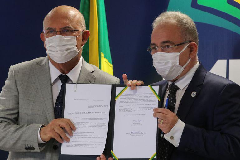 Os ministros da Educação, Milton Ribeiro e da Saúde, Marcelo Queiroga,assinam portaria interministerial com orientações para o retorno seguro às aulas presenciais
