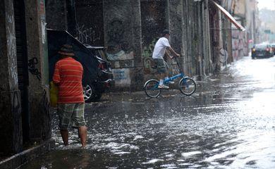Fortes chuvas e ventos causam transtornos no centro do Rio