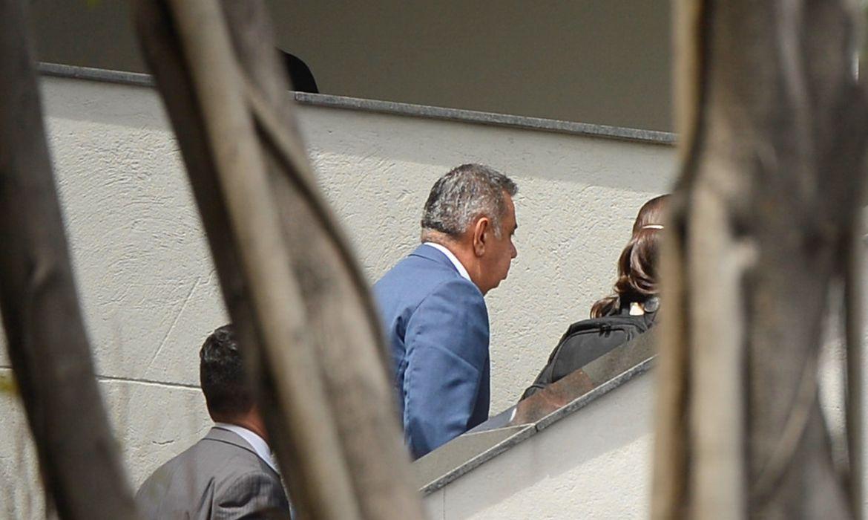 Rio de Janeiro - O presidente da Assembleia Legislativa do Rio de Janeiro, Jorge Picciani, chega à sede da Polícia Federal, alvo de um mandado de coerção coercitiva, para prestar depoimento (Tânia Rêgo/Agência Brasil)