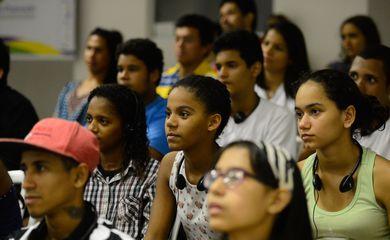 Rio de Janeiro - Jovens participam do projeto Agentes de Promoção da Acessibilidade, no qual recebem noções de Libras, audiodescrição e legislação inclusiva  (Fernando Frazão/Agência Brasil)