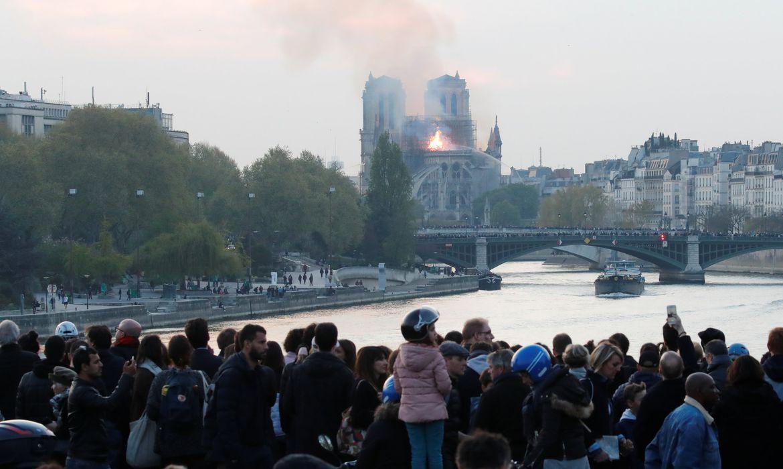 Um incêndio atinge desde o início da tarde de hoje (15) a Catedral de Notre-Dame, no centro de Paris. A fumaça pode ser vista do topo do patrimônio considerado uma referência histórica da capital francesa.