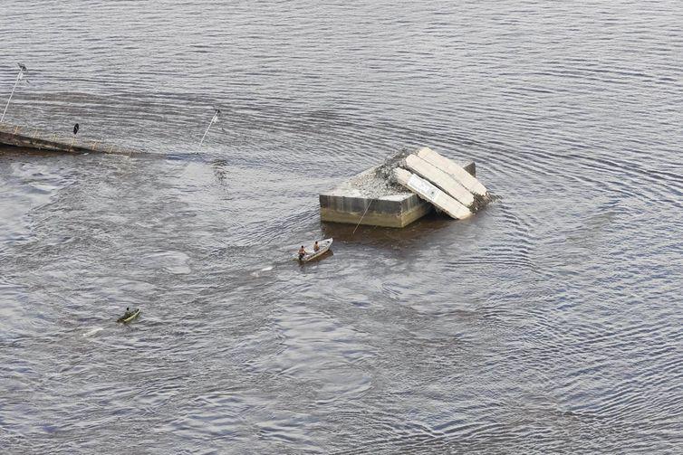 Parte de uma ponte do complexo Alça Viária, que liga regiões do Pará, caiu na madrugada deste sábado (6) no Rio Moju