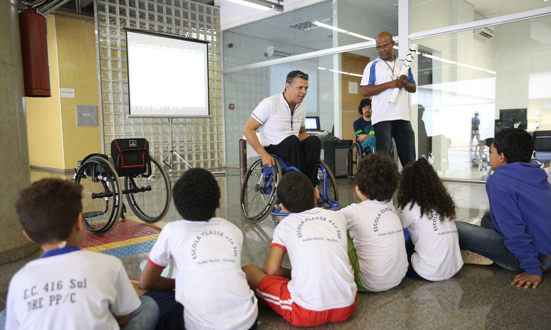 Brasília - Crianças de escolas públicas durante o Dia Nacional de Luta da Pessoa com Deficiência. Participa do encontro o funcionário do Metrô DF Cláudio Irineu da Silva, ex-atleta paralímpico e medalhista de ouro, na Olimpíada de Pequim,