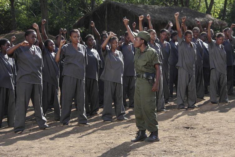Mulheres são conduzidas a um campo de reeducação em Moçambique