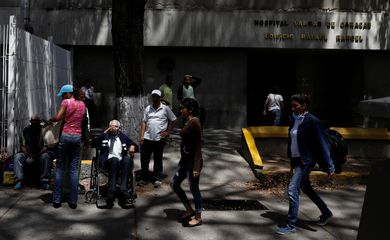 Pacientes do lado de fora do Hospital José Maria Vargas em Caracas, Venezuela.