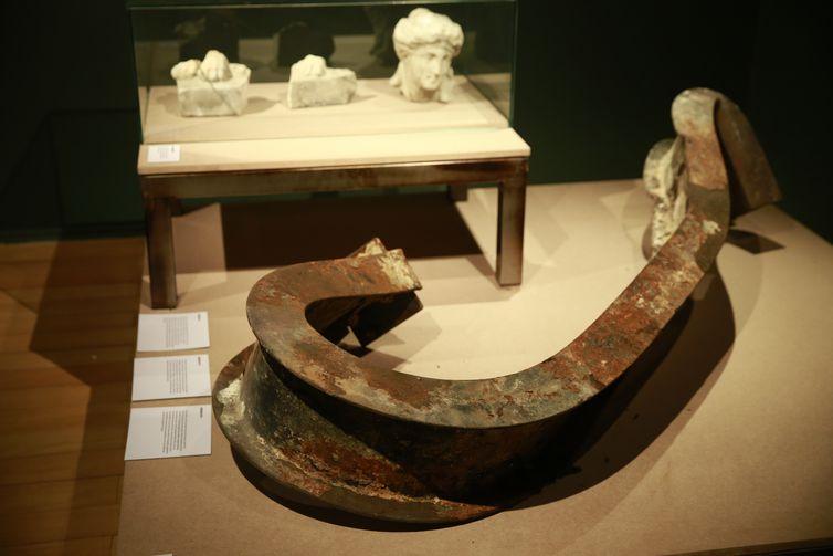Vigas retorcidas na exposição Museu Nacional Vive - Arqueologia do Resgate, a primeira com peças retiradas do incêndio, no Centro Cultural Banco do Brasil.