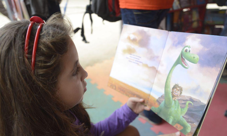 Paraty (RJ) - Criança lê livro, na tenda da Flipinha  (Tomaz Silva/Agência Brasil)