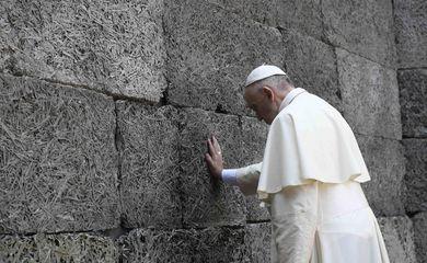 Papa durante visita ao campo de concentração de Auschwitz, na Polônia