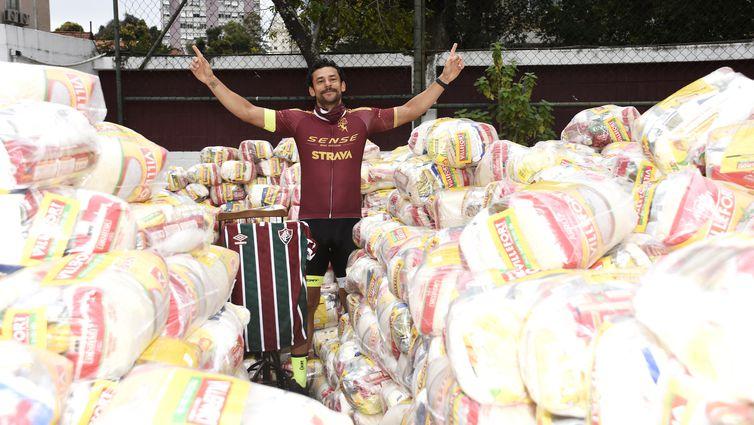 Fred retorna as Laranjeiras. Em sua volta ao Fluminense Fred visita a sede do clube e assina contrato. NO percurso de bicicleta de MG para RJ, o atletas foi reunindo cestas básicas para doação