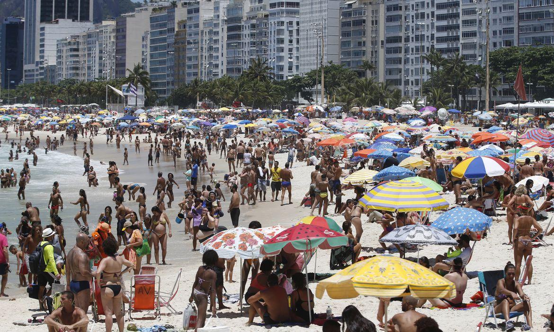 Rio de Janeiro - Cariocas e turistas lotam praias da zona sul no último fim de semana de primavera. (Tomaz Silva/Agência Brasil)