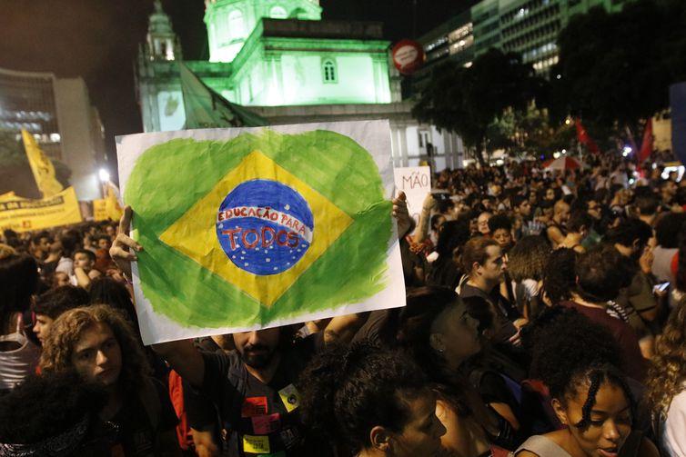 Estudantes e professores protestam contra cortes de verbas para Educação, no centro do Rio de Janeiro.