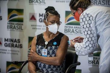 A técnica de enfermagem Maria Bom Sucesso Pereira foi a primeira imunizada em Minas Gerais - Alexandre Rezende /Nitro/Agência Minas Gerais