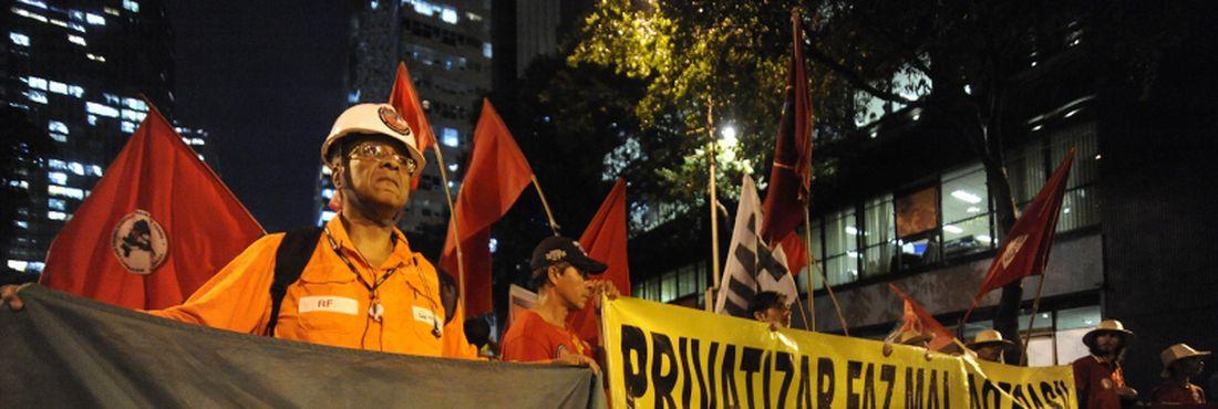 Manifestantes protestam em passeata no centro da cidade contra o leilão do Campo de Libra, o primeiro do pré-sal, marcado para a próxima segunda-feira (21)