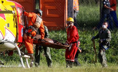 Members of rescue team carry a body recovered after a tailings dam owned by Brazilian mining company Vale SA collapsed, in Brumadinho, Brazil, January 27, 2019. REUTERS/Adriano Machado