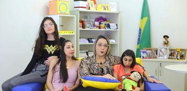 Viviane Lima é mãe da modelo, Ana Victoria, de 20 anos, de Maria Luiza, de 17 anos e Julia Fernanda, de 14 anos. Ana Victoria e Maria Luiza têm microcefalia