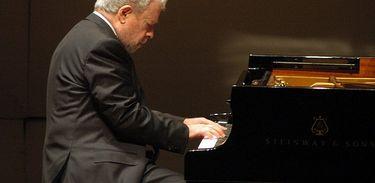 O pianista Nelson Freire executa uma música ao piano
