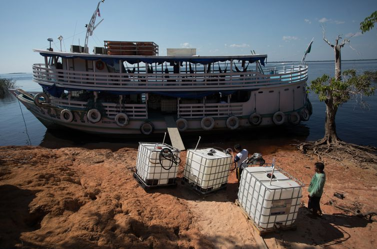 capacitação de ribeirinhos, em comunidades da Amazônia, para armazenar corretamente combustível na região. Na região usa-se muito a gasolina para geradores de energia. esse combustível, muitas vezes é armazenado de maneira incorreta e perigosa