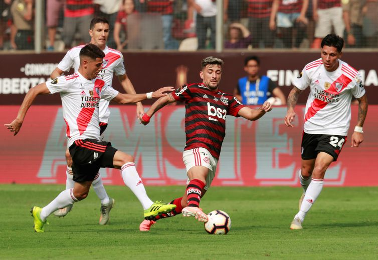 Soccer Football - Copa Libertadores - Final - Flamengo v River Plate - Monumental Stadium, Lima, Peru - November 23, 2019  River Plate's Exequiel Palacios in action with Flamengo's Giorgian de Arrascaeta   REUTERS/Henry Romero