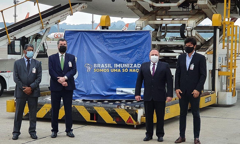 O embaixador da Índia no Brasil, Suresh Reddy,os ministros das Relações Exteriores, Ernesto Araujo, da Saúde, Eduardo Pazuello, e  das Comunicações, Fábio Faria, duranta a chegada das vacinas em solo brasileiro, no aeroporto de Guarulhos
