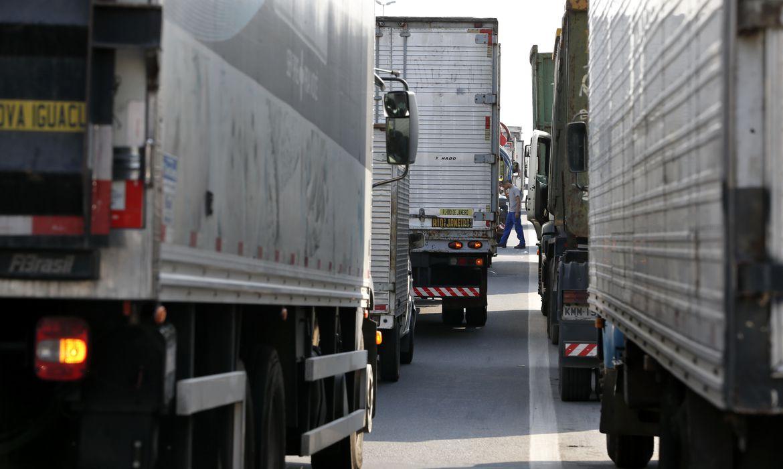 Paralisação de caminhoneiros na Rodovia Presidente Dutra.