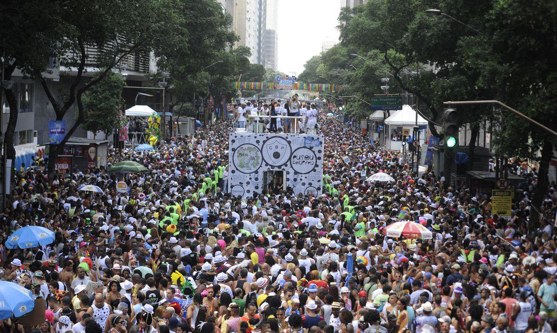Rio de Janeiro - Comemorando os 449 anos da cidade do Rio de Janeiro, um dos mais antigos blocos, o Bola Preta, abriu hoje (1º) o carnaval de rua carioca (Tomaz Silva/Agência Brasil)