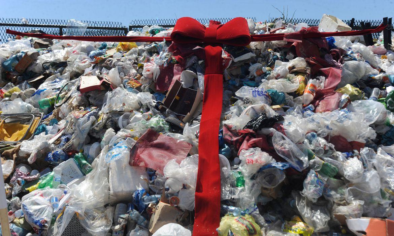 Rio de Janeiro - Rio de Janeiro- Uma montanha de 40 toneladas de lixo foi exposta pela Companhia Municipal de Limpeza Urbana (Comlurb) na Praia de Copacabana, para mostrar à população eaos visitantes do Rio todo o resíduo que foi recolhido