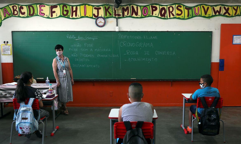 Professora Eliane Conconi conversa com alunos em sala de aula da escola Thomaz Rodrigues Alckmin, no primeiro dia de retorno das escolas do estado de São Paulo para atividades extracurriculares em meio ao surto de coronavírus (COVID-19) em São