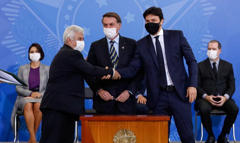 O ministro da Ciência, Tecnologia e Inovações, Marcos Pontes, o presidente da República, Jair Bolsonaro,e o ministro   das Comunicações, Fábio Faria, durante cerimônia de posse
